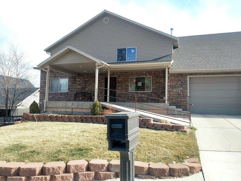 Basement Apartment--Sleeps 6 *2 Bedrooms +Kitchen/Laundry, holiday rental in Cedar City