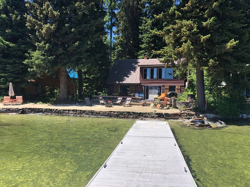 Private Beach and Dock with Two Newly Remodeled Vintage Lakefront and Back Cabin, holiday rental in McCall
