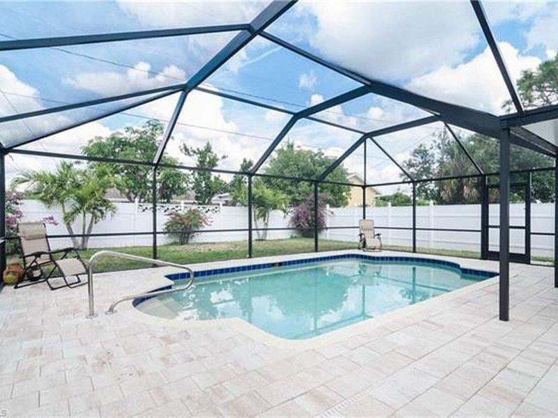 SALT WATER POOL - STYLISH 3 BEDROOM HOME, holiday rental in Vanderbilt Beach
