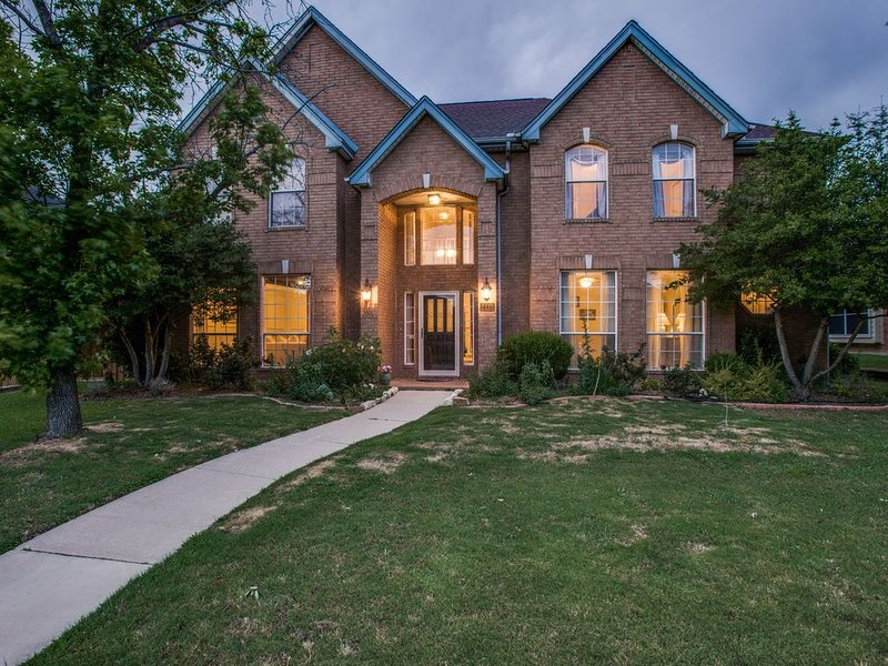Gorgeous 4 Bedroom Home in Prime West Plano-NOW WITH A HEATED POOL AND SPA!!, aluguéis de temporada em Plano