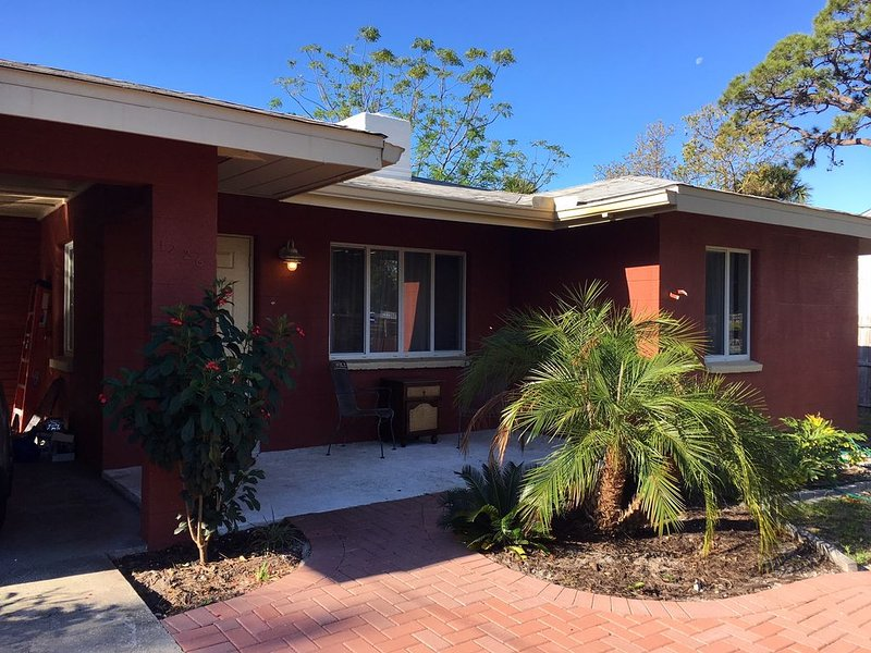 Newly renovated 3 Br/2 Ba Villa Minutes From Beach/Downtown/Bay, holiday rental in Sarasota