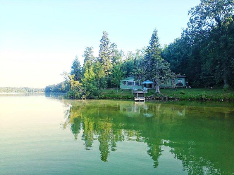 La cabina está perfectamente situada en el punto más prominente del lago.