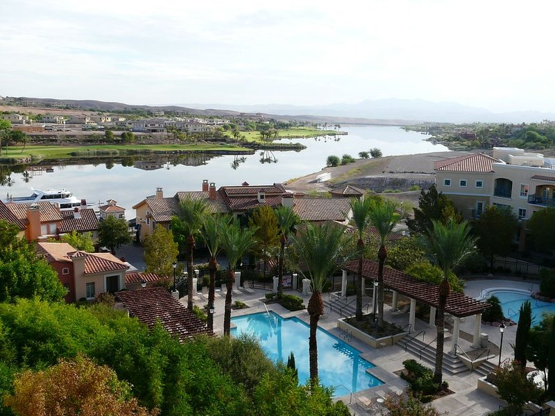 TRANQUIL SETTING IN 6TH FLOOR, 1 BEDROOM 1 BATH CONDO WITH BREATHTAKING VIEW, holiday rental in Henderson