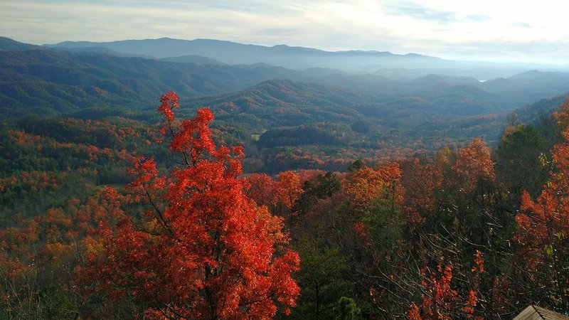 Heavenly Views! Fall colors! Private hot tub!, holiday rental in Maryville