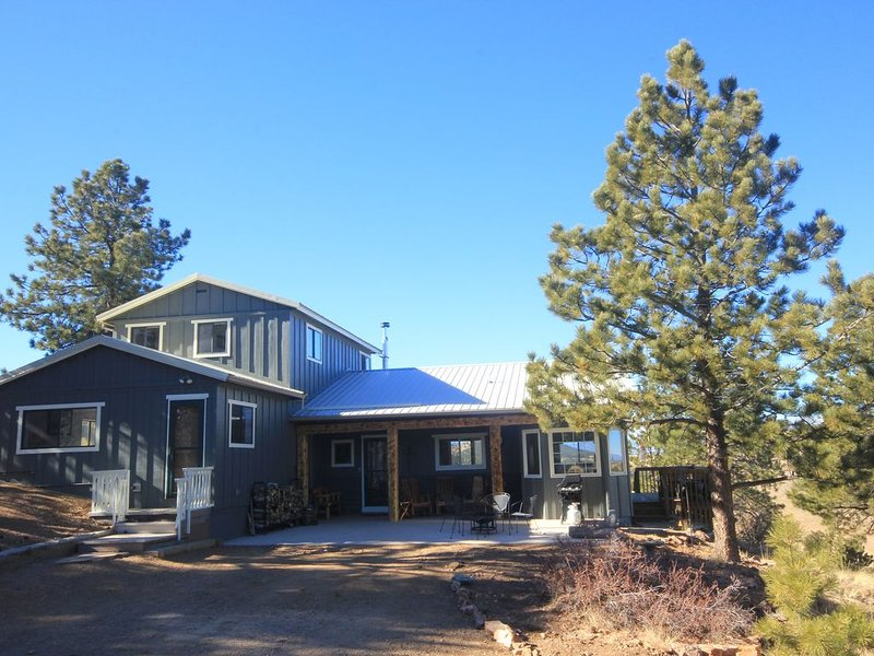 Mountain house overlooking Bear Basin Valley and the Sangre de Cristo Range., holiday rental in Silver Cliff
