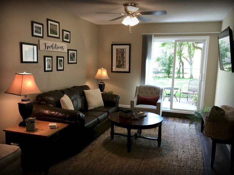 1 mile to campus - central to most everything, holiday rental in College Station