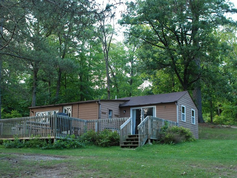 2BR Cabin Nestled in Towering Pines on a quiet lake. Pets accepted!, casa vacanza a Nevis