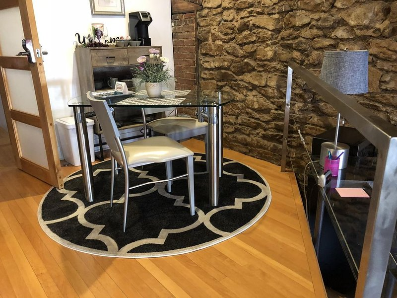 Contemporary loft style apartment in the heart of Historic Downtown Lawrence KS., casa vacanza a Lawrence
