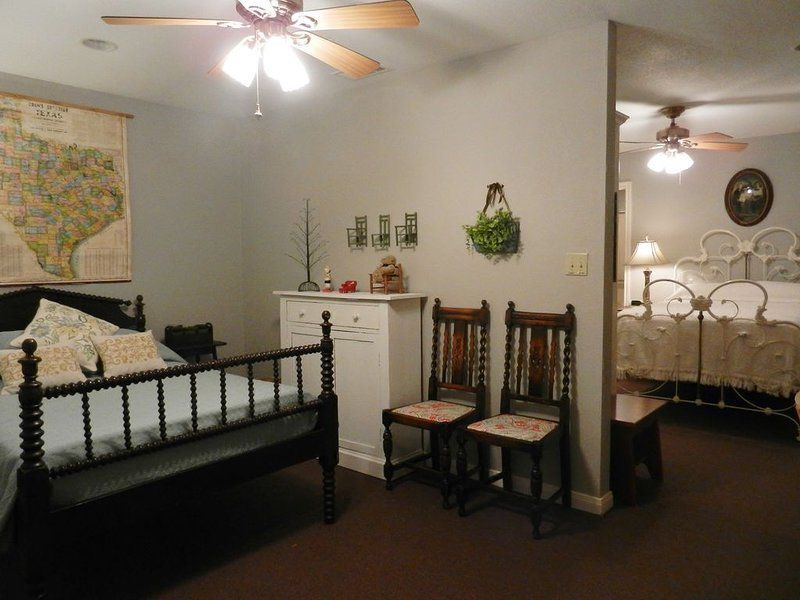 Peaceful cottage nestled in the trees, holiday rental in Gatesville