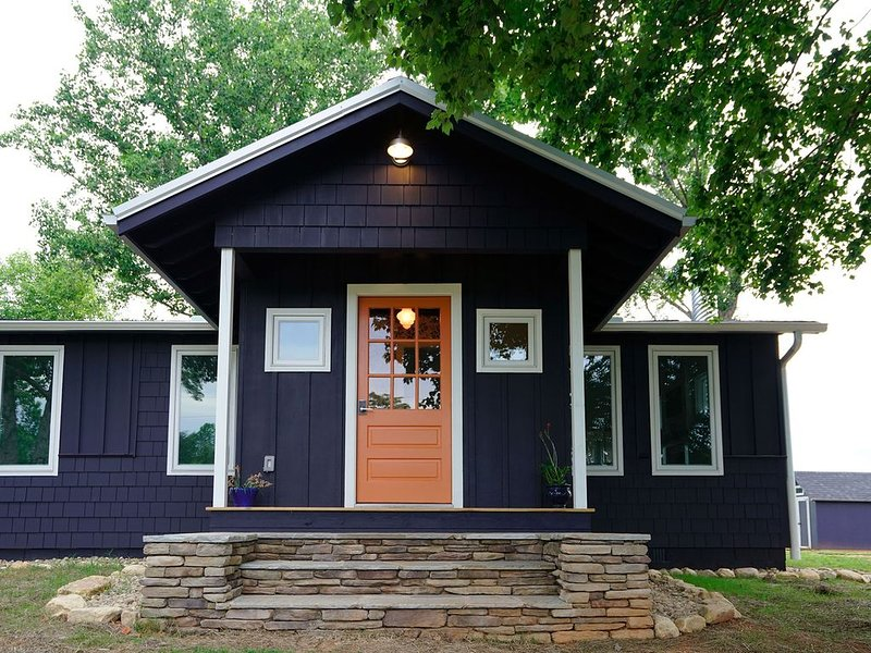 WALK to TIEC!  THE ORANGE DOOR  3br 2 ba LUXE MODERN FARMHOUSE COTTAGE, vacation rental in Tryon