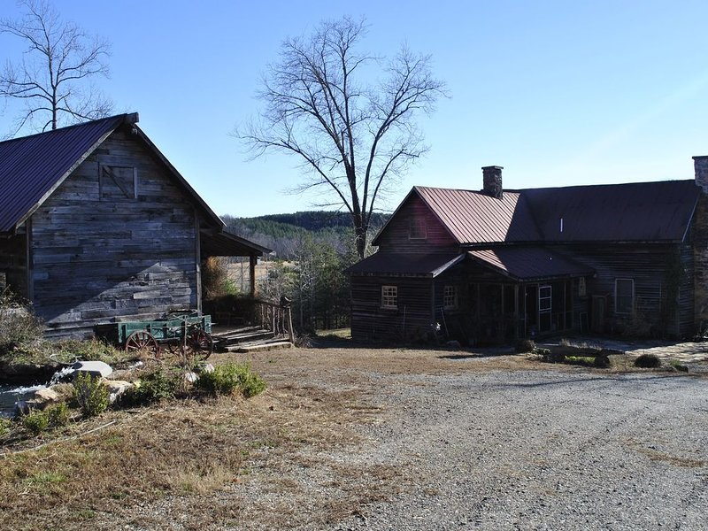 One of a kind historic farmhouse 10 minutes from Tryon Equestrian. Speaks French, holiday rental in Rutherfordton