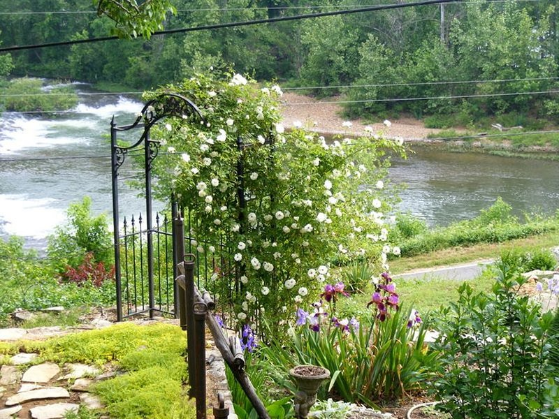 Private French Manior overlooking the Spring River, vacation rental in Cherokee Village