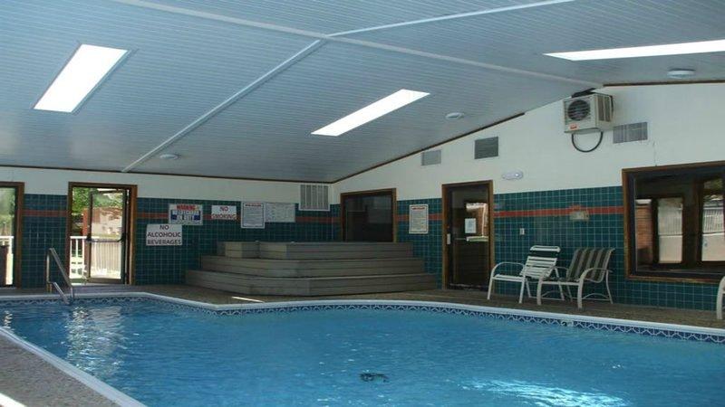 Foothills Clubhouse tiene una piscina cubierta, piscina al aire libre, jacuzzi y sauna