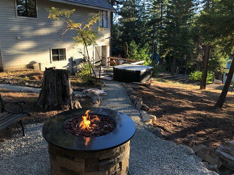 QUIET MOUNTAIN RETREAT-OUTDOOR FIREPLACE, HOTTUB, LAKE/MOUNTAIN VIEWS!, holiday rental in Easton