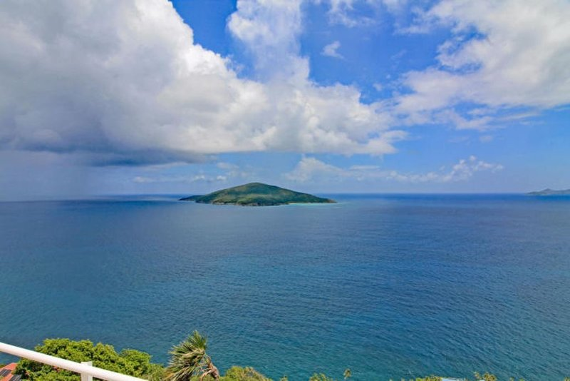 Luxury condo with amazing views of the Caribbean Sea and US Virgin Islands/Cays, holiday rental in North Side