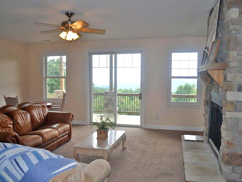 Beautiful Long Range Mountain Views, Minutes from Downtown Hendersonville, NC, holiday rental in Laurel Park