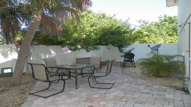 Quiet beach getaway with patio! Walk to the beach, bars, and restaurants!, holiday rental in St. Pete Beach