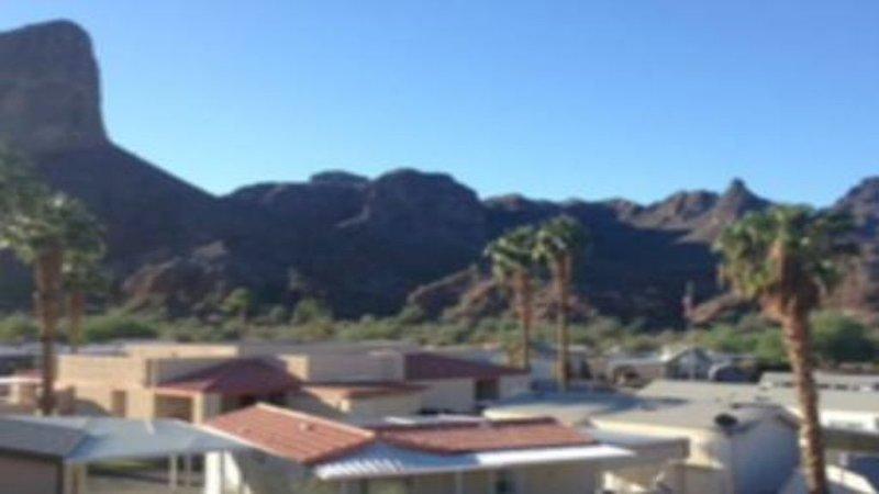 Impresionante vista a la montaña de la montaña de ante desde el patio / sala de estar / dormitorios