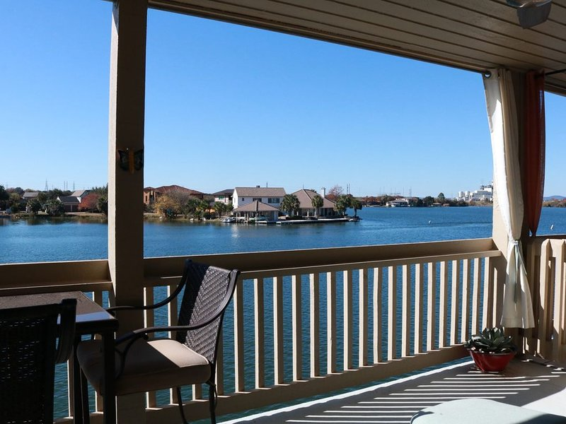 Adorable waterfront condo, 2/1.5, park your boat or kayak below, bring the �!, alquiler de vacaciones en Horseshoe Bay