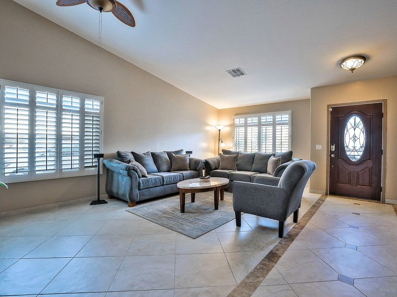 Enjoy the spacious and relaxing   living room!