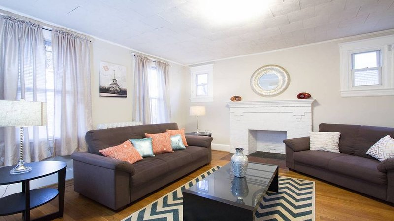 Fabulous , 4 Br Grand Home in Petworth minutes from convention center!!, holiday rental in Chevy Chase Village