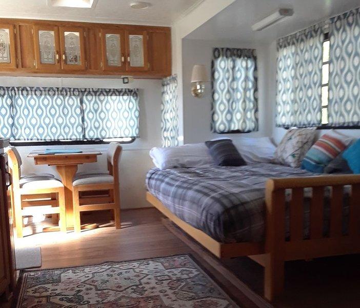 The Happy Camper with mountain views amble parking for 1 simi tractor trailer, aluguéis de temporada em Pahrump