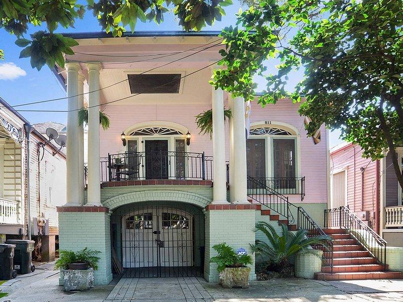 Century Old Home on Oak Lined Avenue in Algiers Point!, Ferienwohnung in Meraux