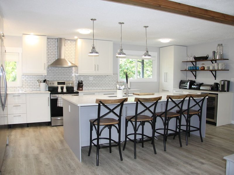 Beach access, 4 Bedrooms, 2 bath, Sleeps 13, alquiler de vacaciones en Salmon Arm
