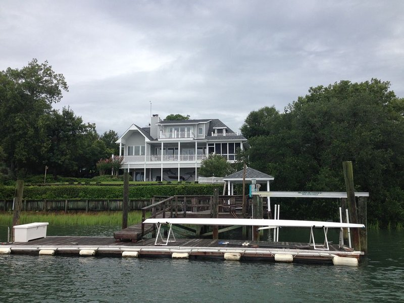 Privacy, Amazing Waterfront Views 'Maison Blanc': ICW/Figure 8 Sound: sleeps 10, vacation rental in Wilmington