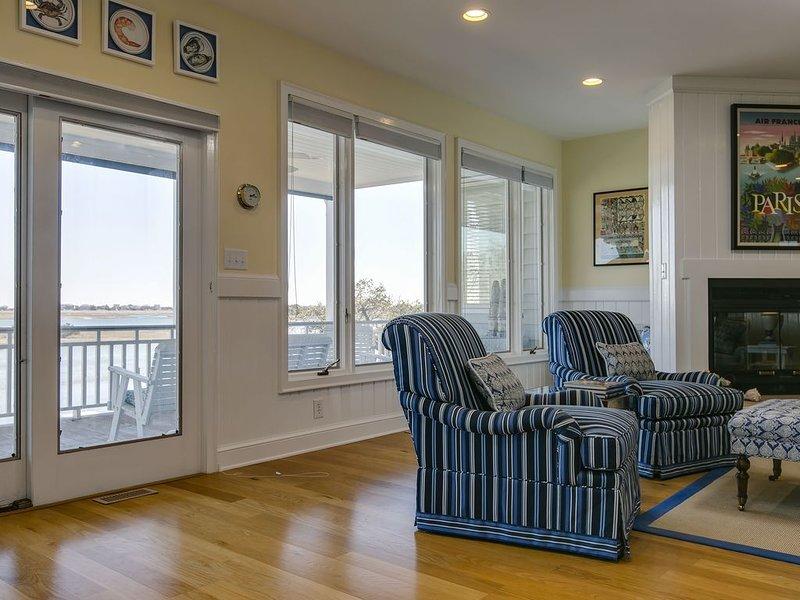 Magnífica vista frente al mar desde la sala de estar, acogedora chimenea también