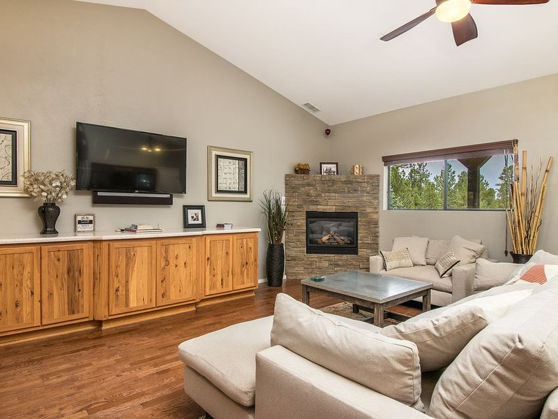 Comfy, Clean and Modern House backing to Forest Trails Right in Town!, vacation rental in Flagstaff