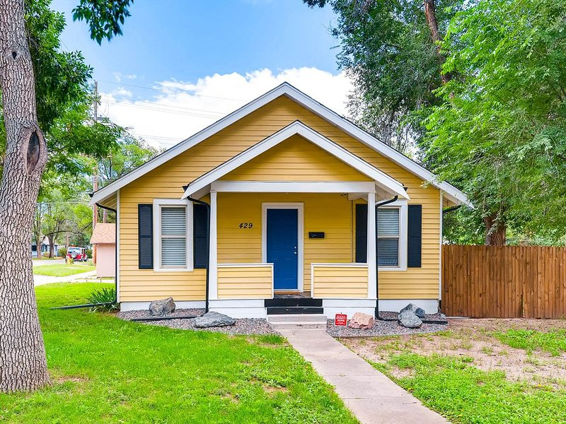 Completely Updated Cottage With Private Yard, holiday rental in Cimarron Hills