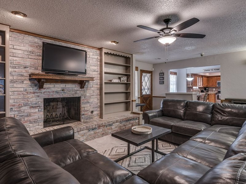 Just Like Home #1 in NW OKC for Groups & Families: POOL TABLE, 5 Cable TV's, etc, holiday rental in Yukon