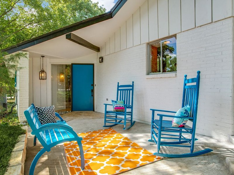 Mid Century Modern walking distance to the Gaylord Texan!, location de vacances à Grapevine