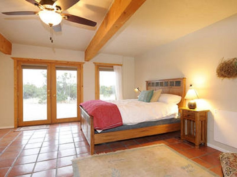 Cozy Private Studio with Big Skies and Junipers, holiday rental in Galisteo