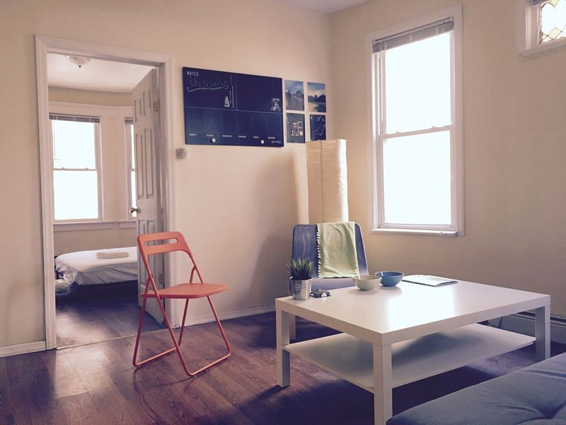Sunny 3 Bedroom Apt Mins from NYC, TV/Washer/Dryer, aluguéis de temporada em Jersey City