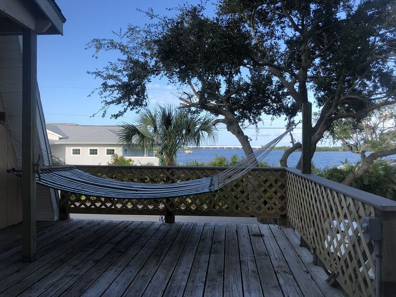 Flexible Policies- Dockside Cottage! Breathtaking Riverfront views with Dockage!, casa vacanza a Sebastian