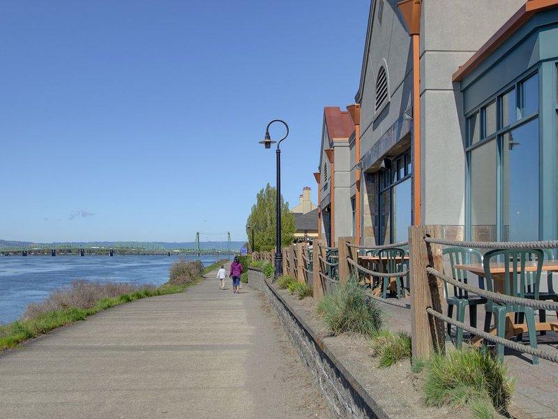 Paseo por el río a lo largo del río Columbia