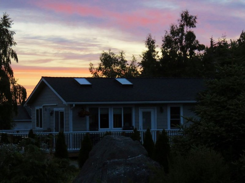 Come on home to the 'Bike Path Bungalow' and ride the Olympic Discovery Trail!, alquiler de vacaciones en Port Angeles