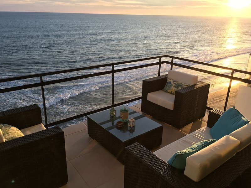 Brand new 9th floor Beach/Oceanfront Condo in beutiful Mazatlan - Sanitized, alquiler de vacaciones en Mazatlán