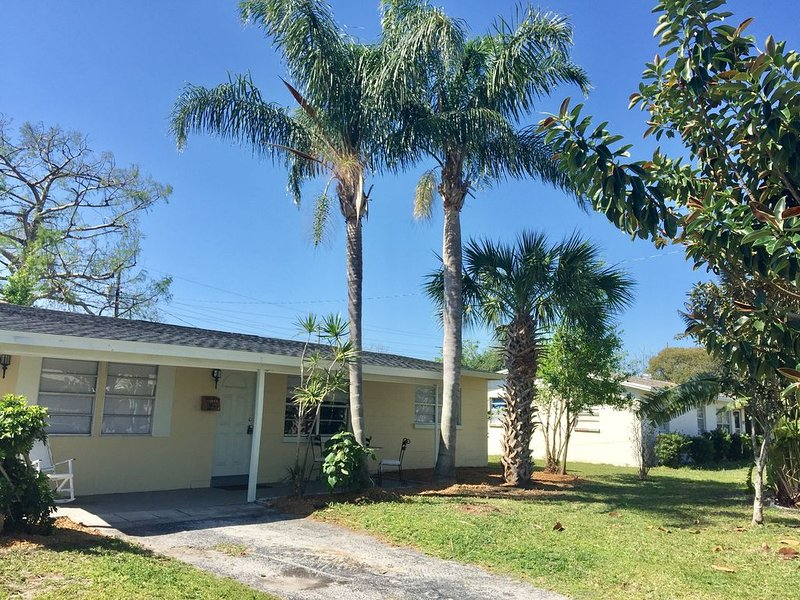 Breezy Cool Vacation Entire House with Large Screen Room, holiday rental in Palm Shores