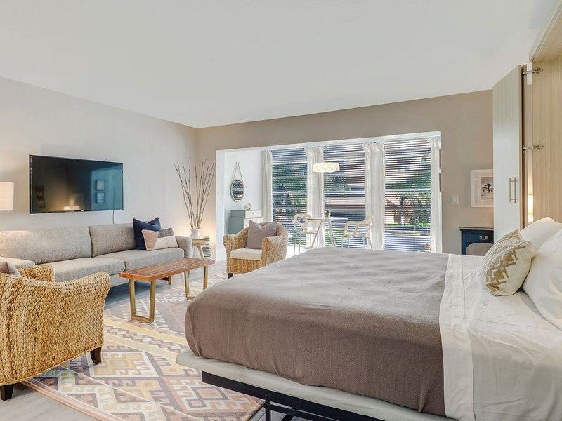 Couples Hideaway | Close to Everything | Short Walk to Beach, holiday rental in Vanderbilt Beach