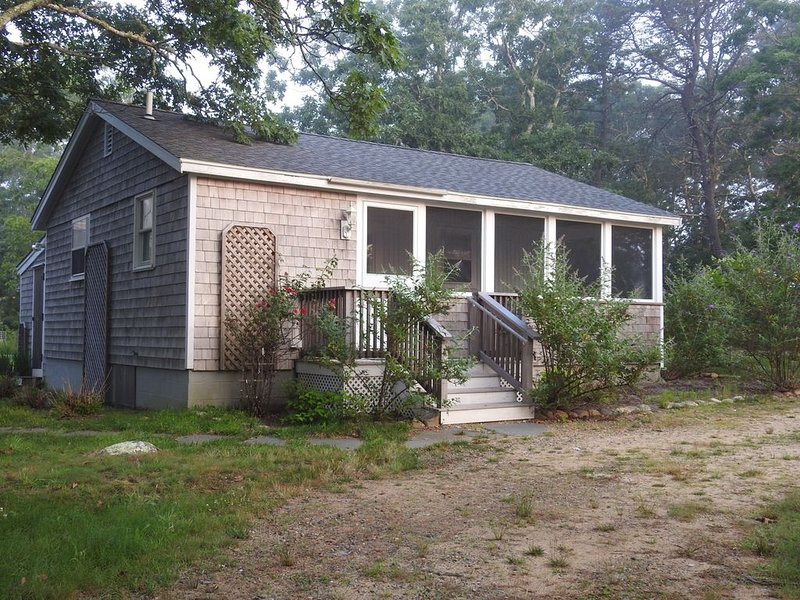 "GETAWAY Chappy ""Butterfly Cottage"" Cozy 2 Bedroom on Chappaquiddick, holiday rental in Edgartown"