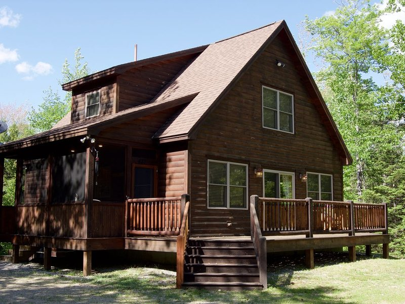 Sleepy Bear Chalet at Mt. Abram Ski Area!, alquiler de vacaciones en Bryant Pond