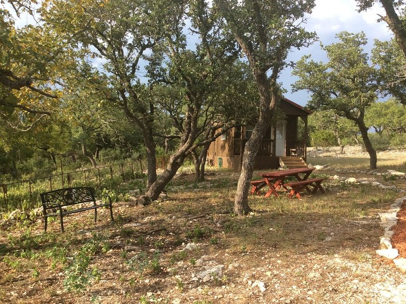 Quiet Cabin in the Country, 15 minutes from Fredericksburg, Pet Friendly, alquiler vacacional en Center Point