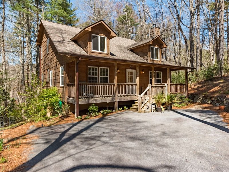 Wooded Sapphire Valley location/ Screened porch, Grilling deck, Firepit close in, alquiler de vacaciones en Sapphire