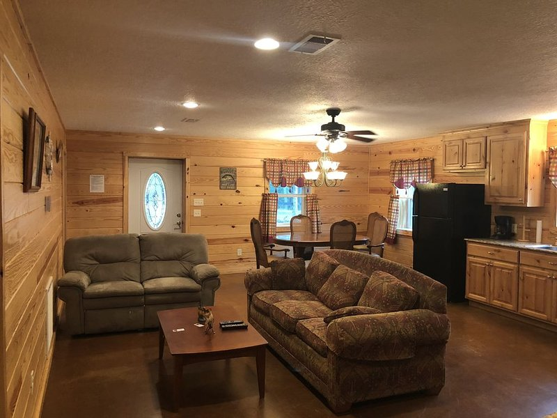 Cozy Lake Area Cabin! Sandy Beaches nearby,  and Protected Cove to Dock Boat!, casa vacanza a Bronson