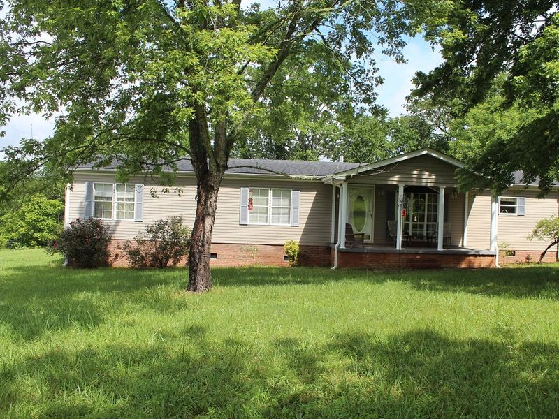 Lakefront 3 Bedroom, 2 Bath and Pet Friendly Near Chattooga River and Belle Farm, holiday rental in Tallulah Falls