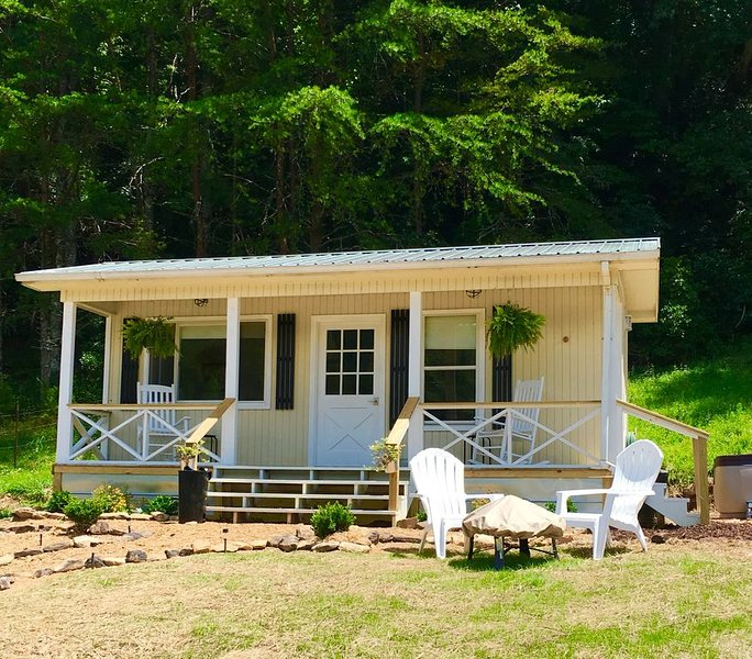 Tiny House in the Mountains- waterfall, jacuzzi and stunning farm views, holiday rental in Clayton