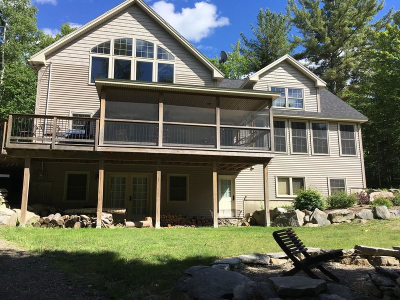Beautiful lake house for 12 in Holden, miles of hiking and technical bike trails, location de vacances à Bradley